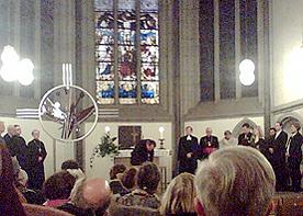Haus der Evangelischen Kirche: Hier steht zurzeit das Ökumenekreuz, bevor es während der Ökumenemonate durch die Gemeinden wandert – Anregungen für die Ökumenemonate.