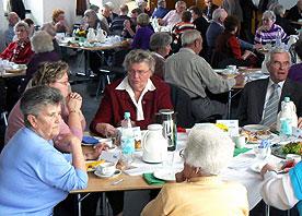 Teppich-Curling oder Seniorenberatung? Die Antoniter Siedlungsgesellschaft zog Bilanz und stellte langjährigen Mieterinnen und Mieter neue und bewährte Projekte vor