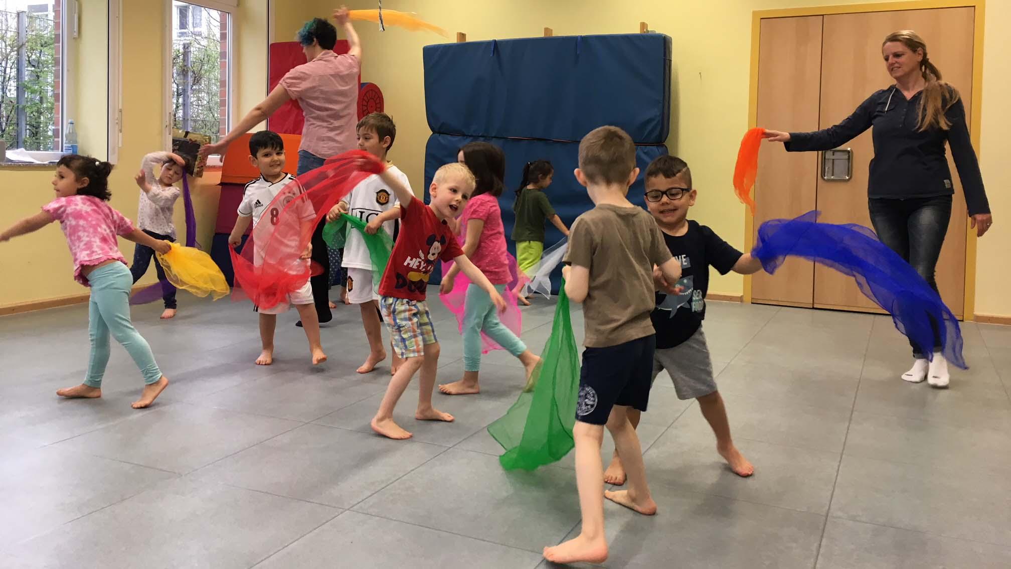 Kinder tanzen einen Frühlingstanz
