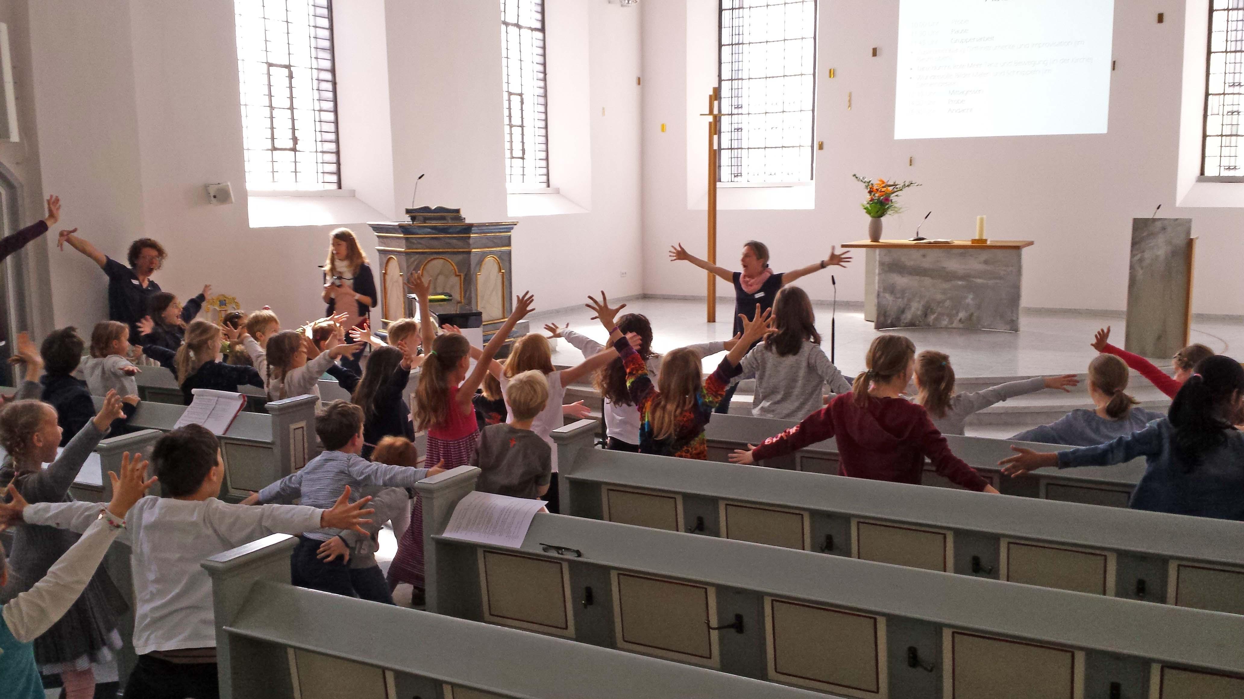 Warm up mit 40 Kindern in der Evangelischen Kirche Frechen