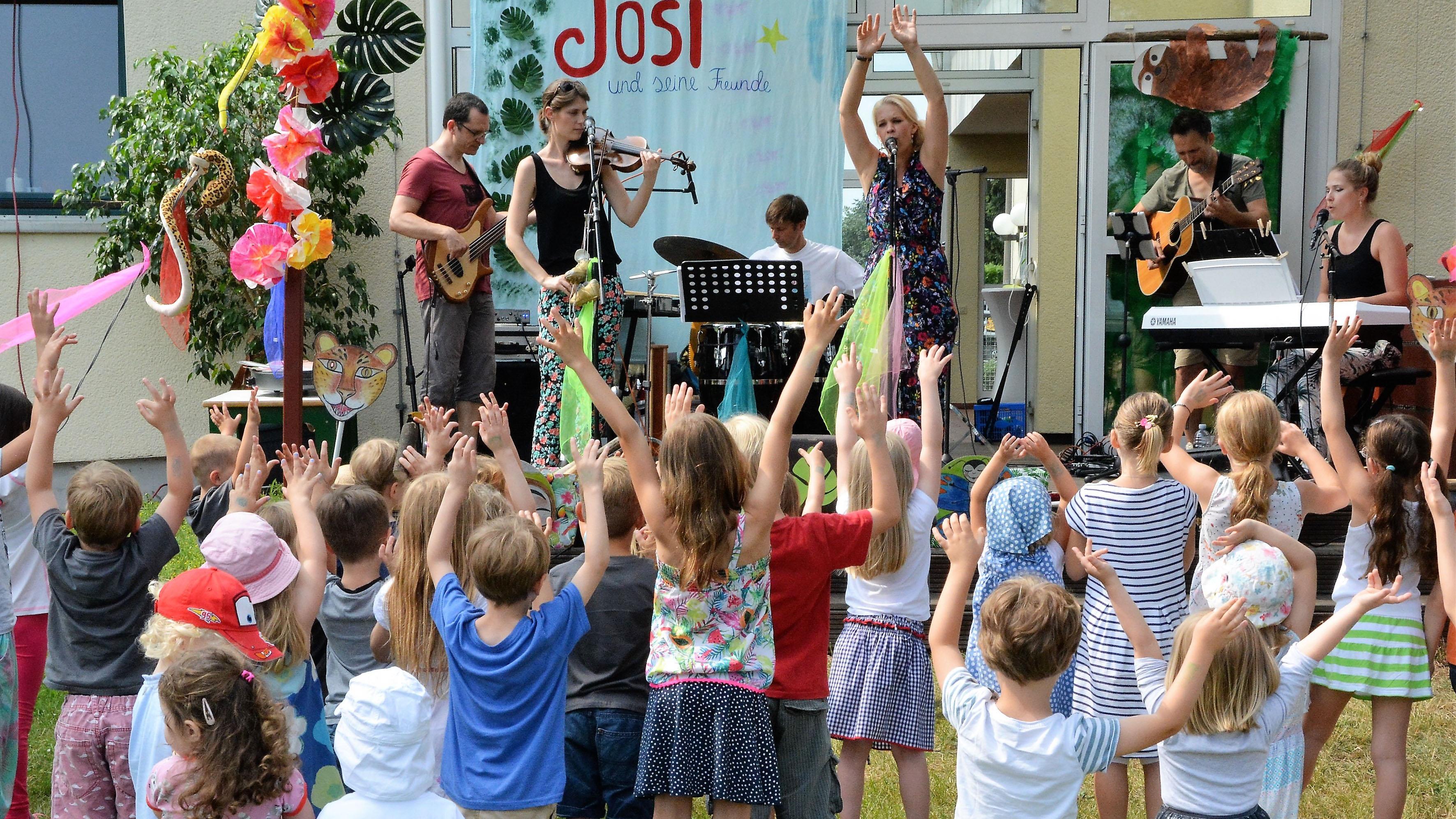 Begeistert lauschen die Kinder den klängen von Josi und seinen Freunden