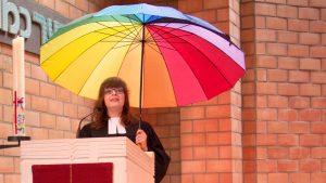 Kerstin Lube, ehemals jüngste rheinische Presbyterin, wurde von Superintendentin Andrea Vogel in der Kirche zum Heilsbrunnen ordiniert