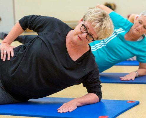 Frauen trainieren die Rückenfitness