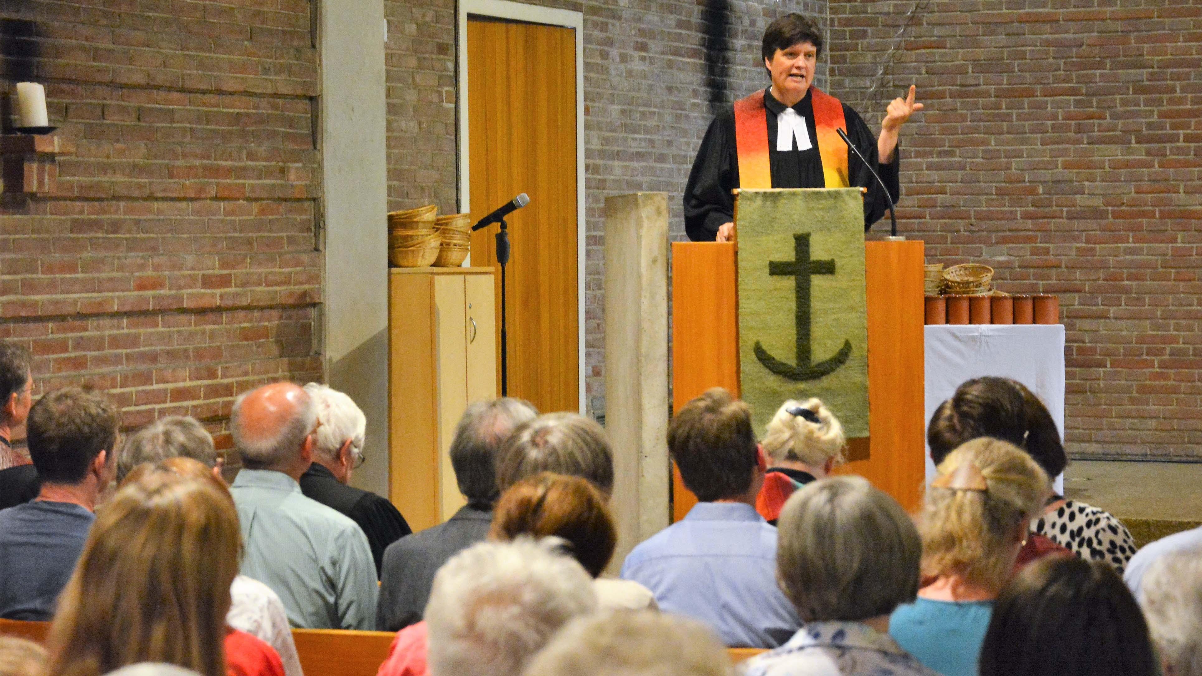 Pfarrerin Gaby Masanek predigt in der Johanneskirche