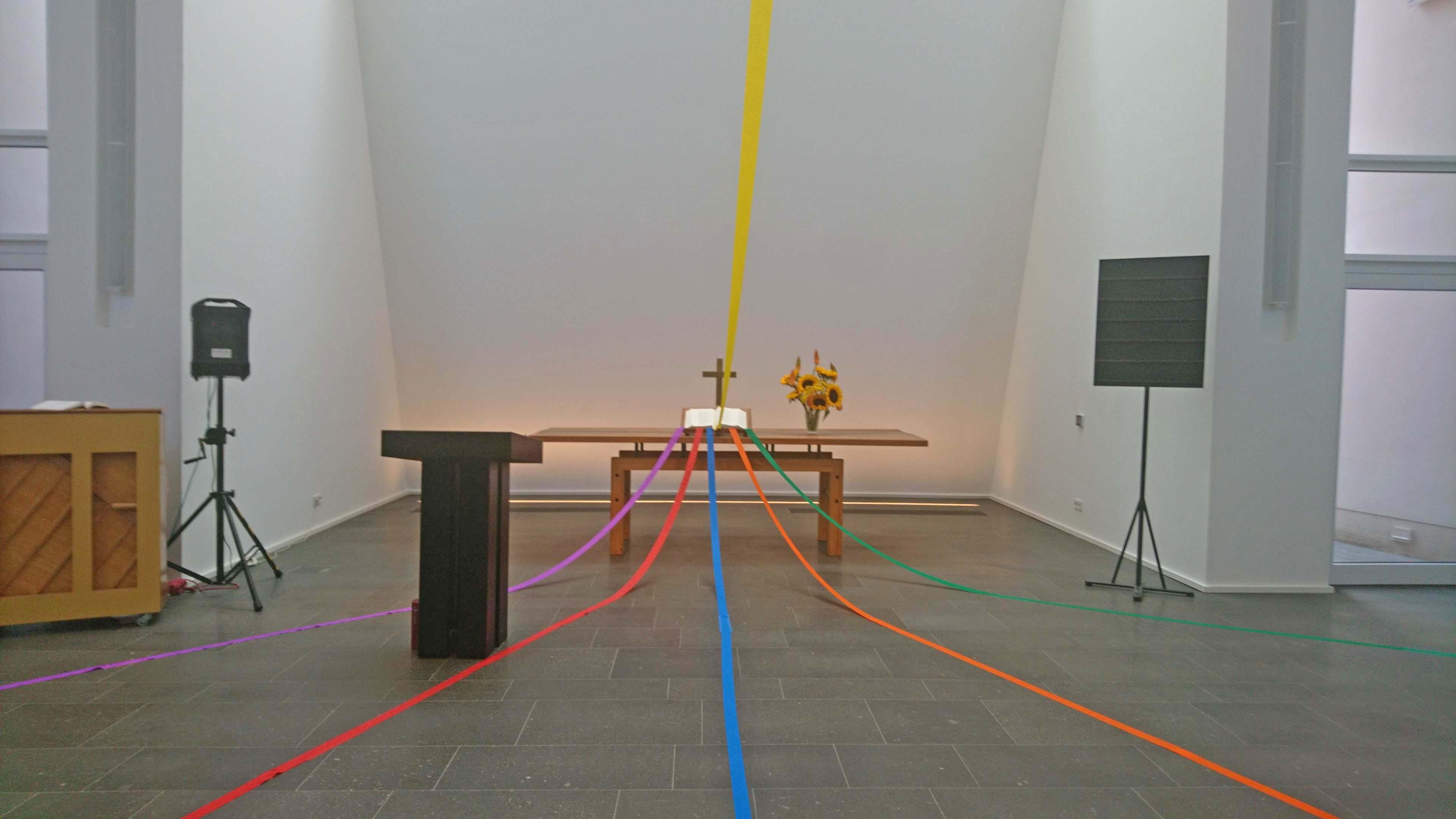 Bänder in Regenbogenfarbe am Altar