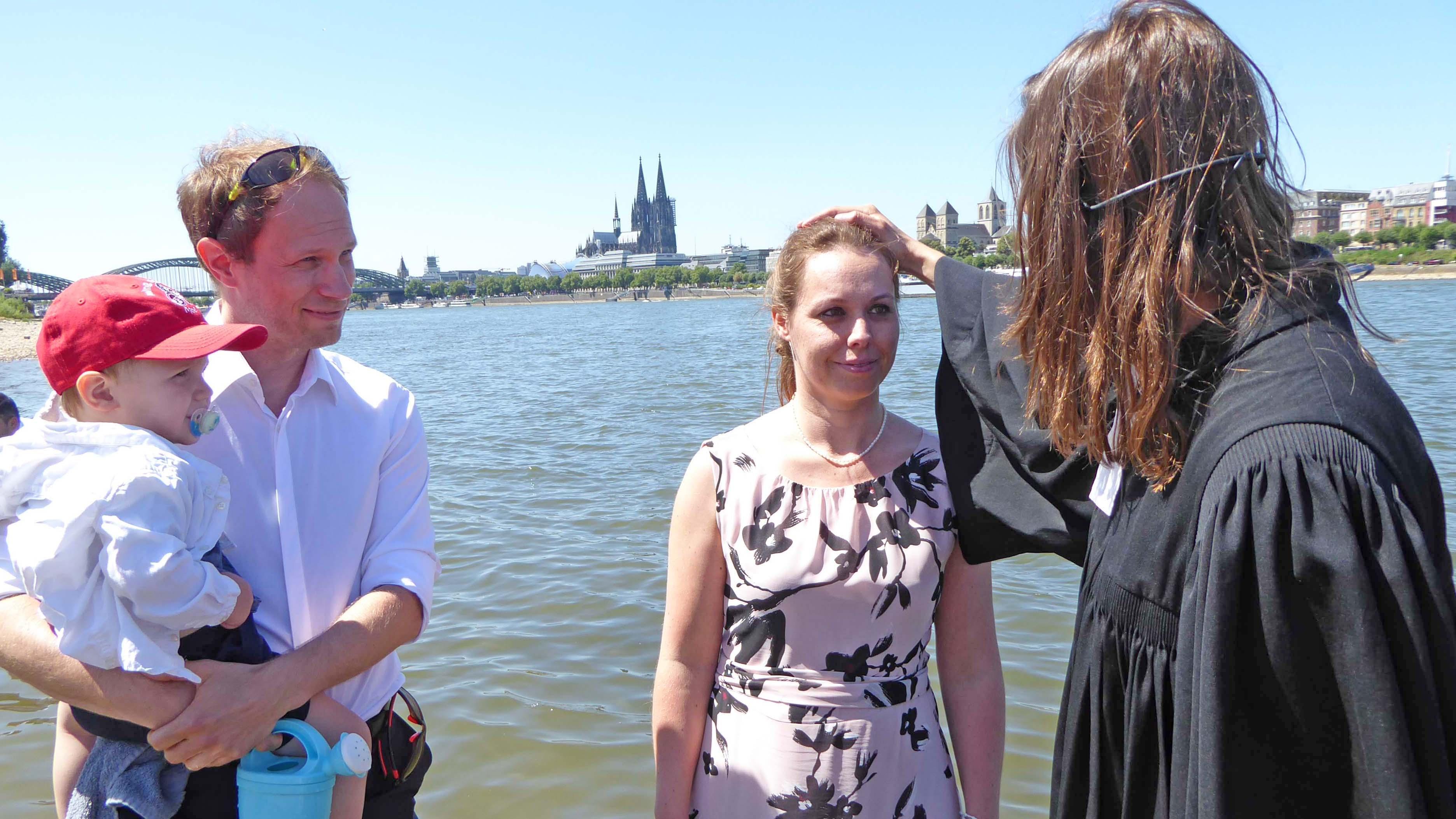 Isabella Mackenroth wird im Rhein getauft