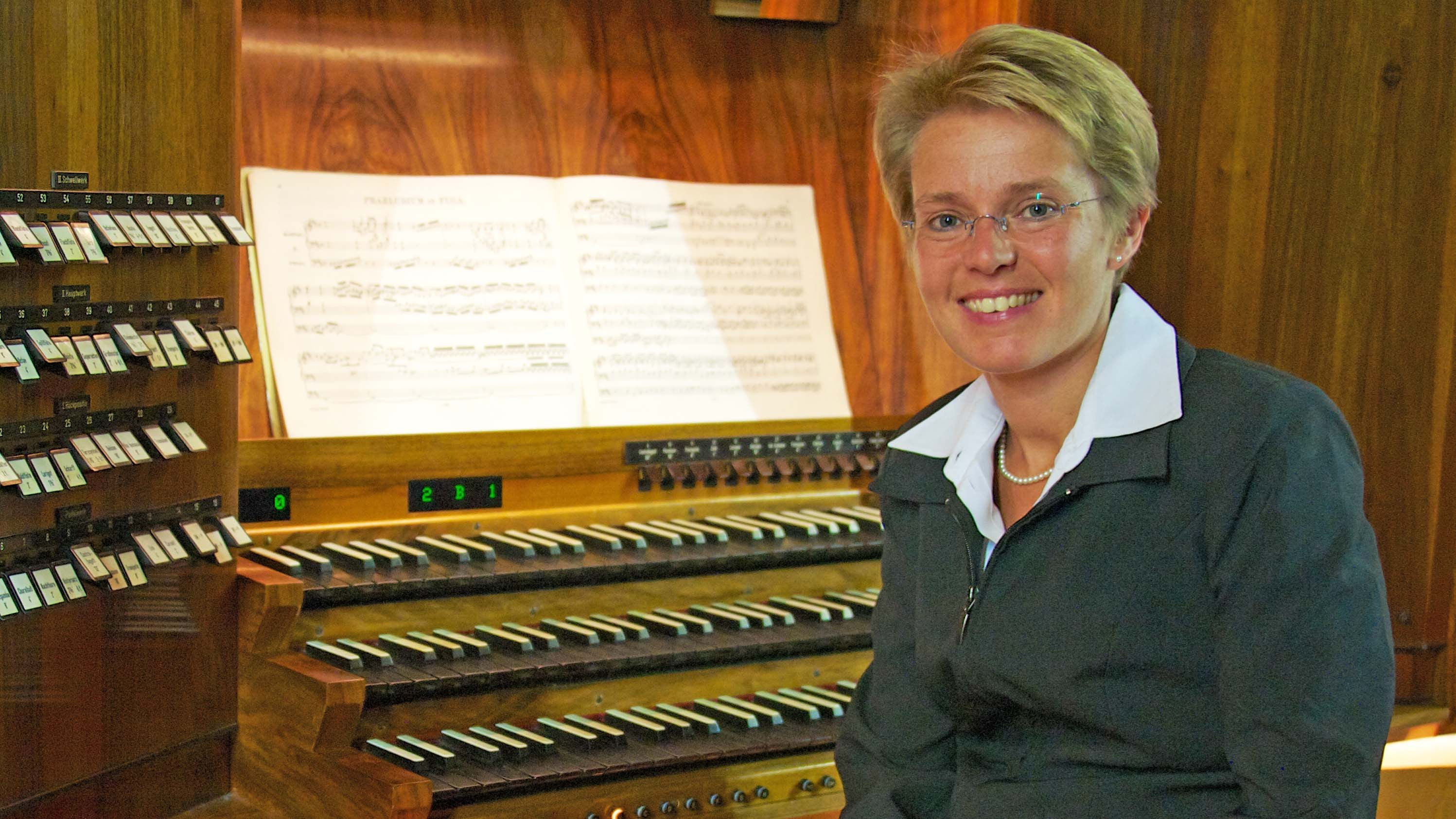 Melanie Jäger-Waldau an der Orgel