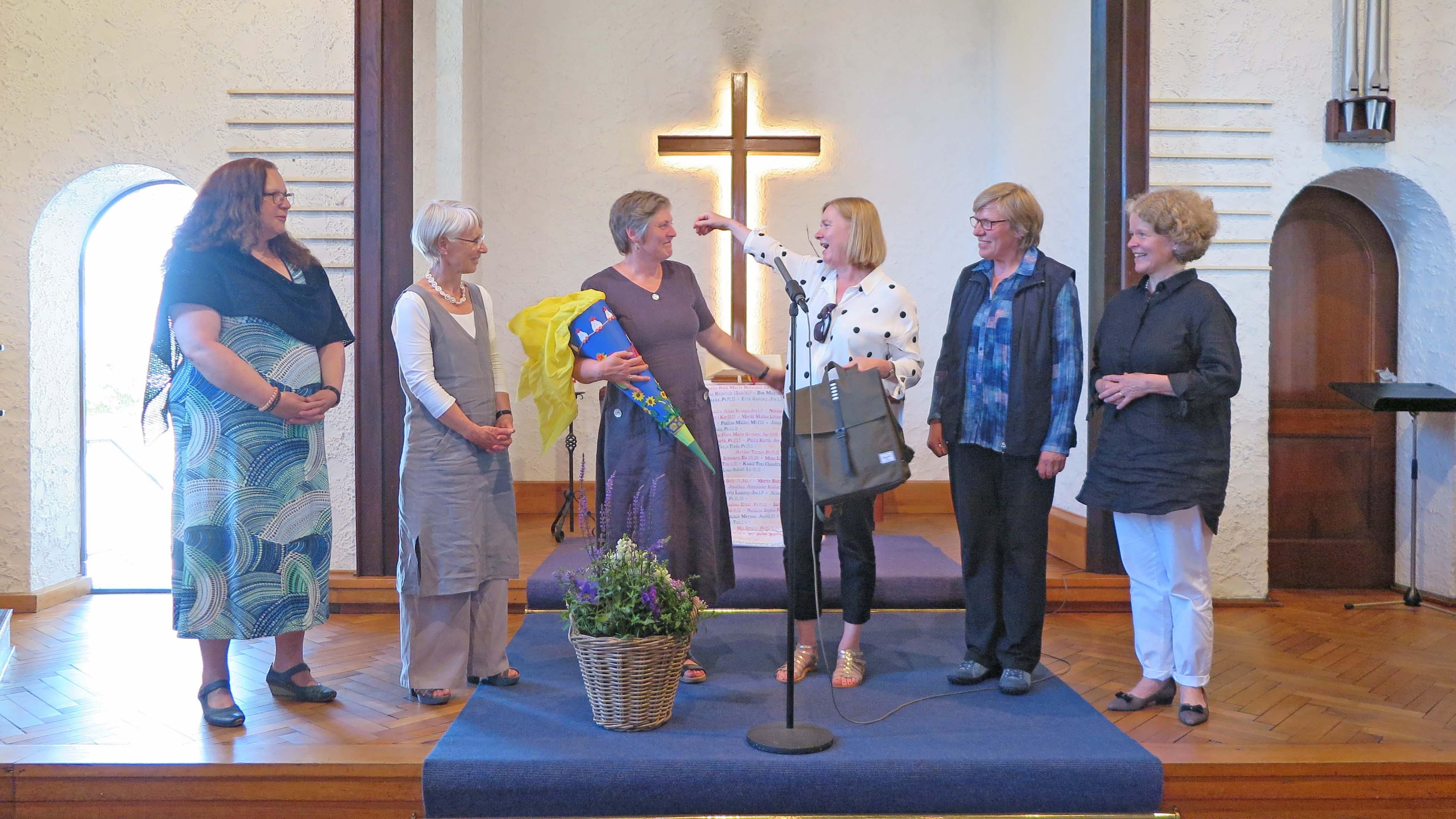 Wilma Falk-van Rees mit einer Schültüte und anderen