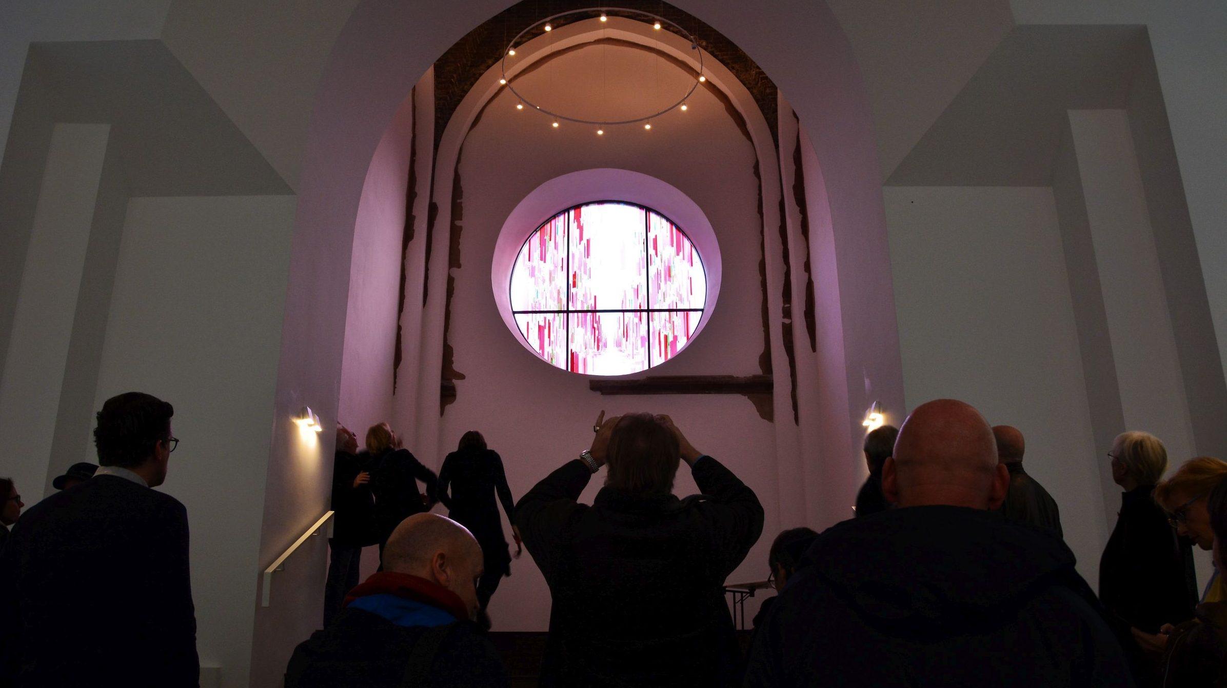 Dem Pfarrer fehlten die Worte – Einweihung des neuen Rosettenfensters in der Christuskirche