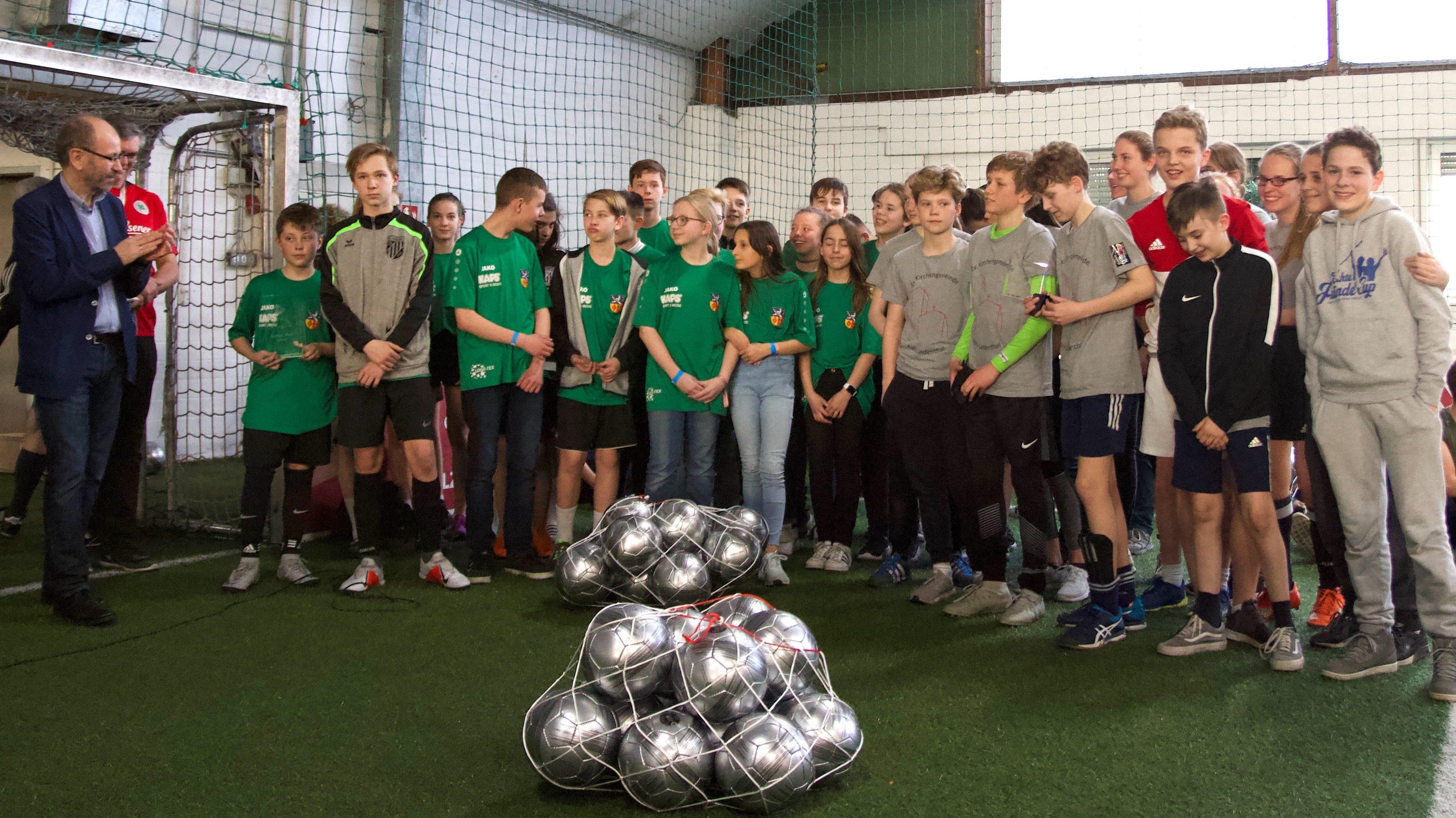 Konfirmandinnen und Konfirmanden aus Lindenthal erhalten Fairnesspreis beim EKiR Konfi-Cup Finale