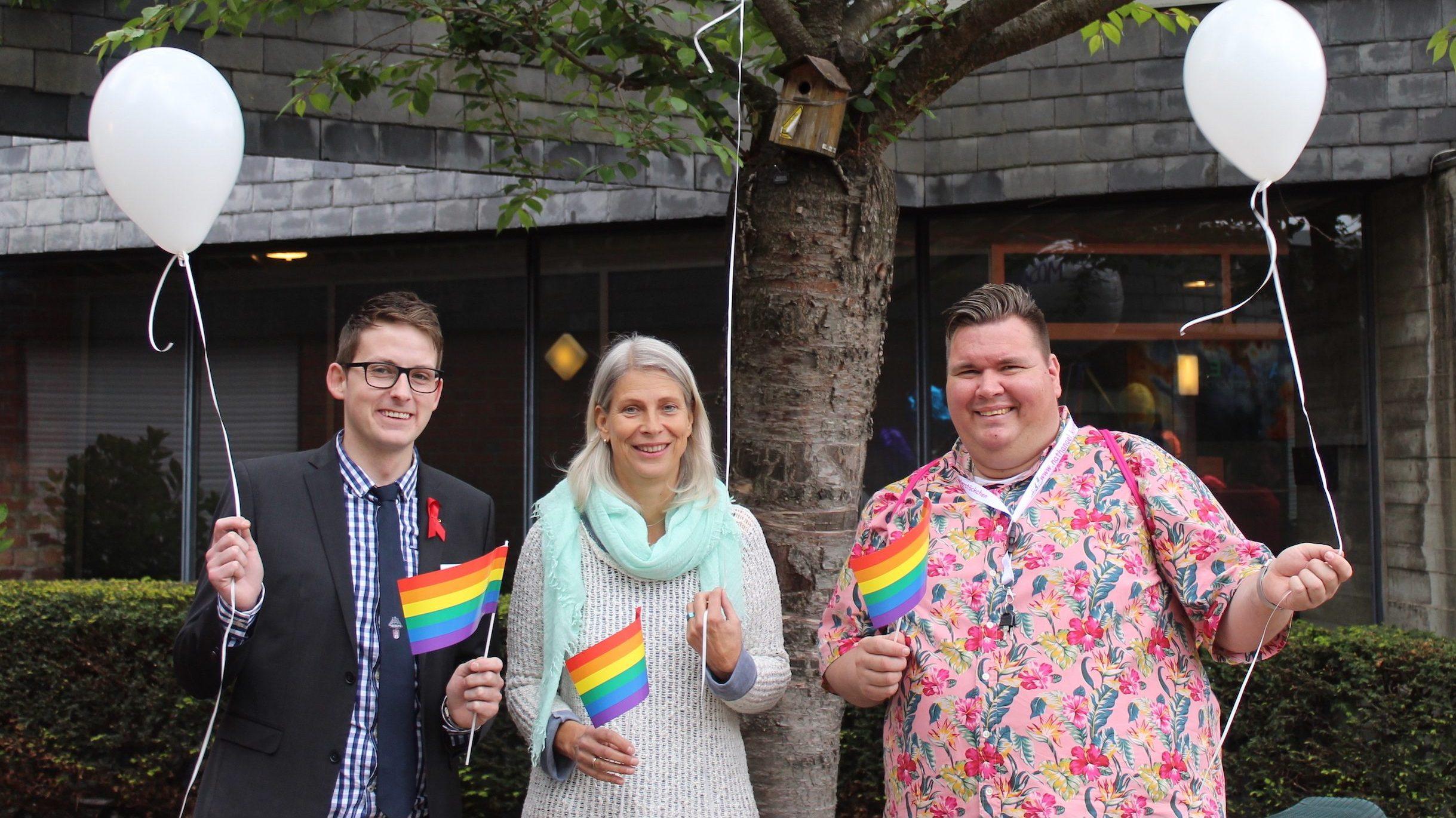 """""""Die Kirche wieder ins richtige Licht rücken"""" – LGBT im Kirchencafé"""