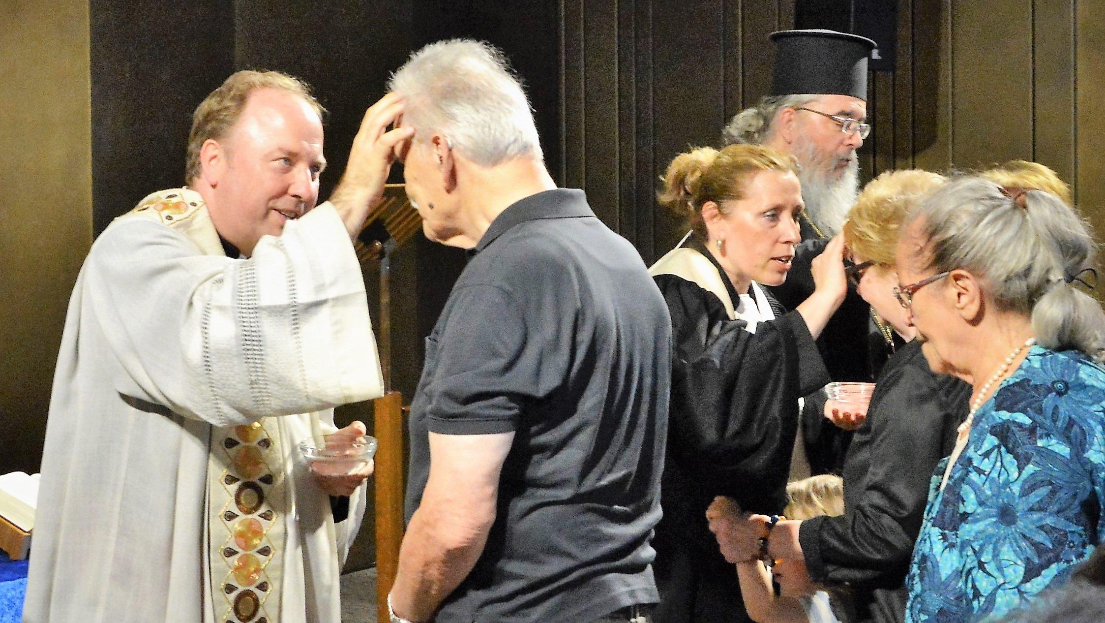 """""""Das ewige Leben beginnt immer genau jetzt"""" – Ökumenischer Tauferinnerungs-Gottesdienst der Arbeitsgemeinschaft Christlicher Kirchen im Baptisterium"""