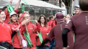 Medaillen verteilen beim Köln-Marathon