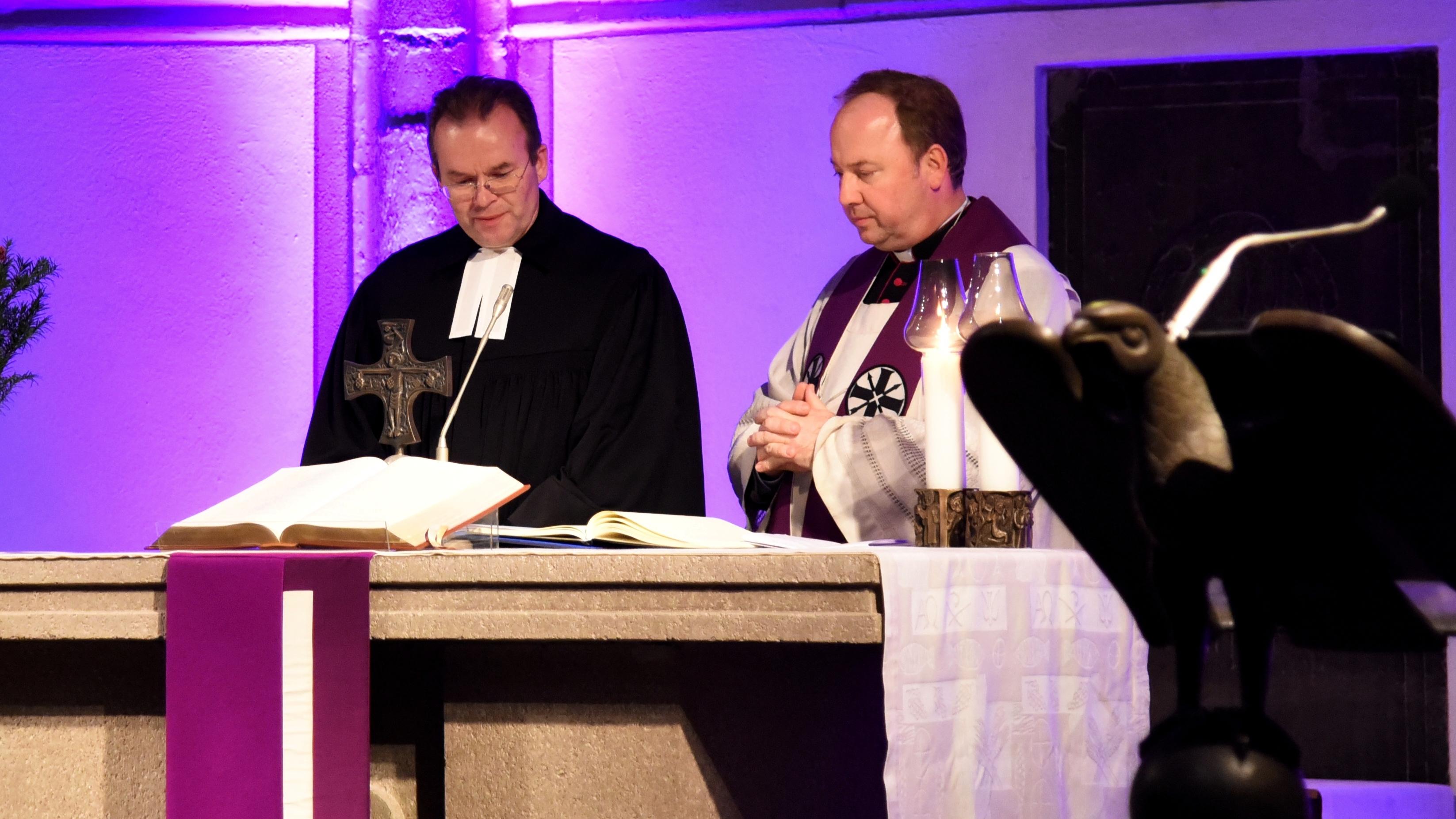 Ökumenischer Gottesdienst für die Unbedachten: Gedenkbuch wurde von der Antoniterkirche nach St. Aposteln überführt