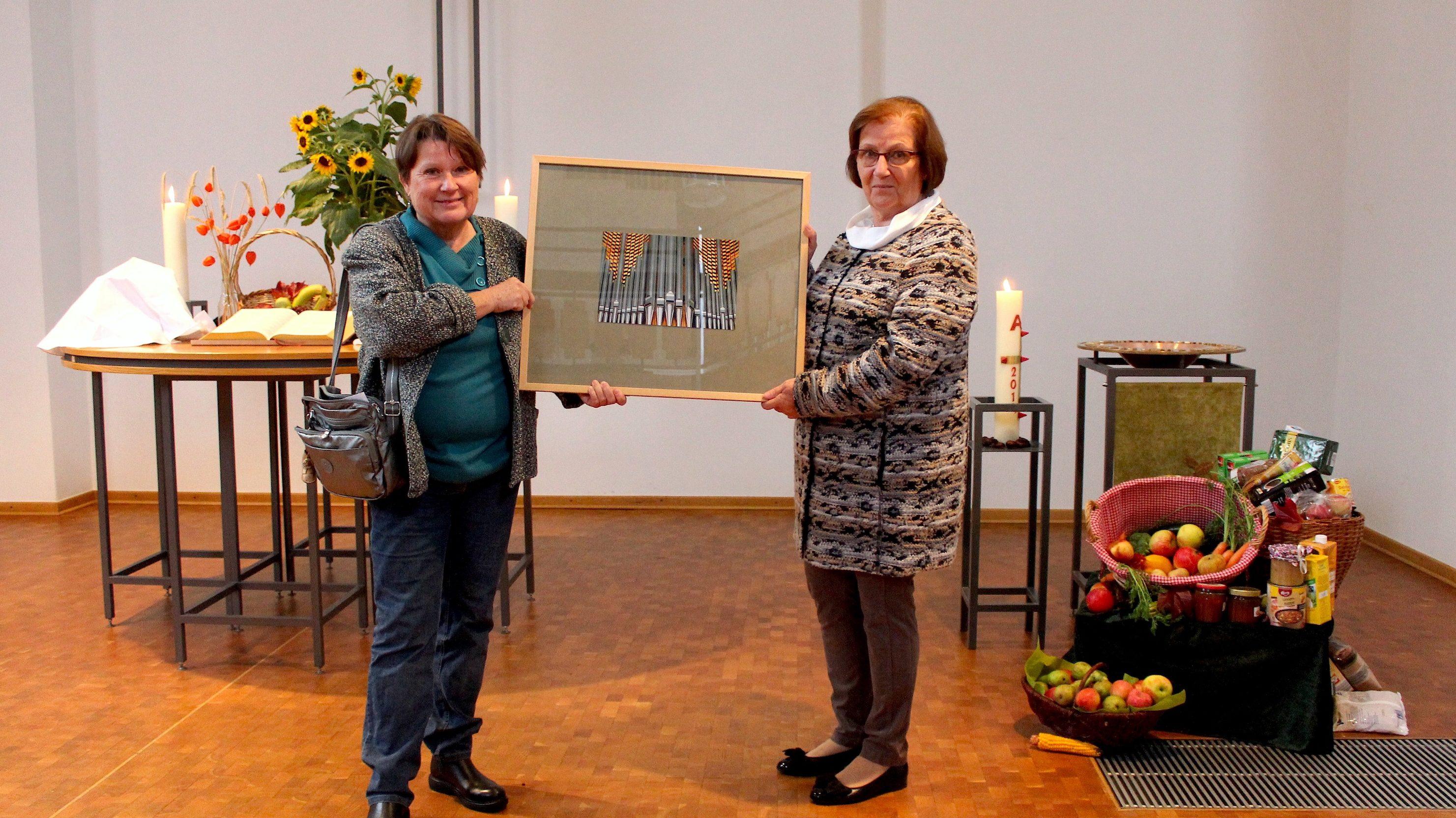 """Preisverleihung für die """"Königin"""" – Orgelfotos in der """"Offenen Friedenskirche"""" ausgestellt"""