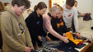 Tauschen statt kaufen – Evangelische Jugend organisierte Kleidertauschparty