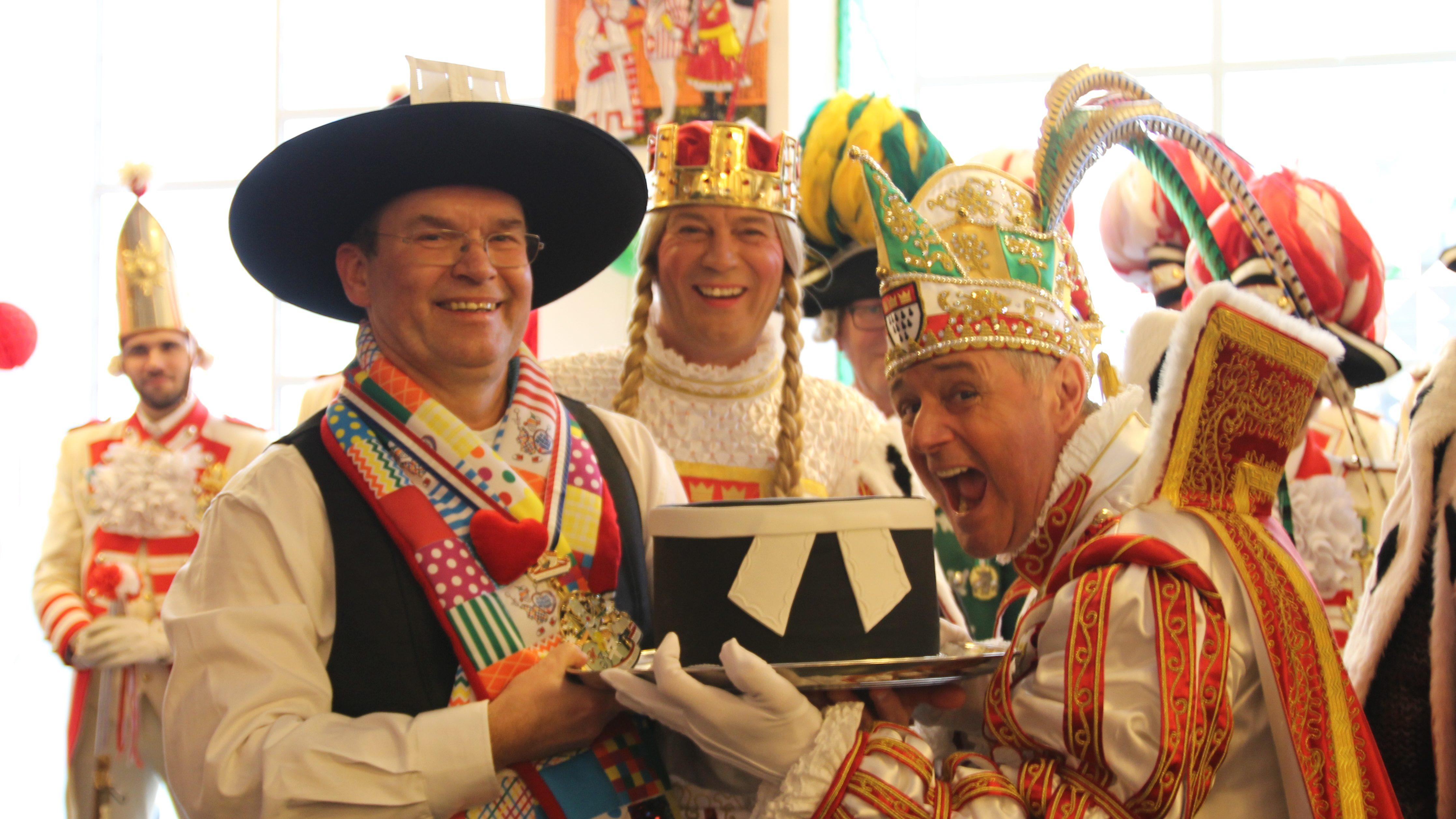 Auf der Krempe steht ein Beffchen, als könne es nicht anders – Stadtsuperintendent begrüßt Dreigestirn im Haus der Evangelischen Kirche