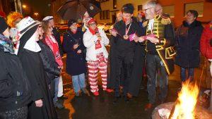 """Ökumenische """"Sündenverbrennung"""" in Raderthal – Zwei Pfarrer erbarmten sich der Karnevalisten"""