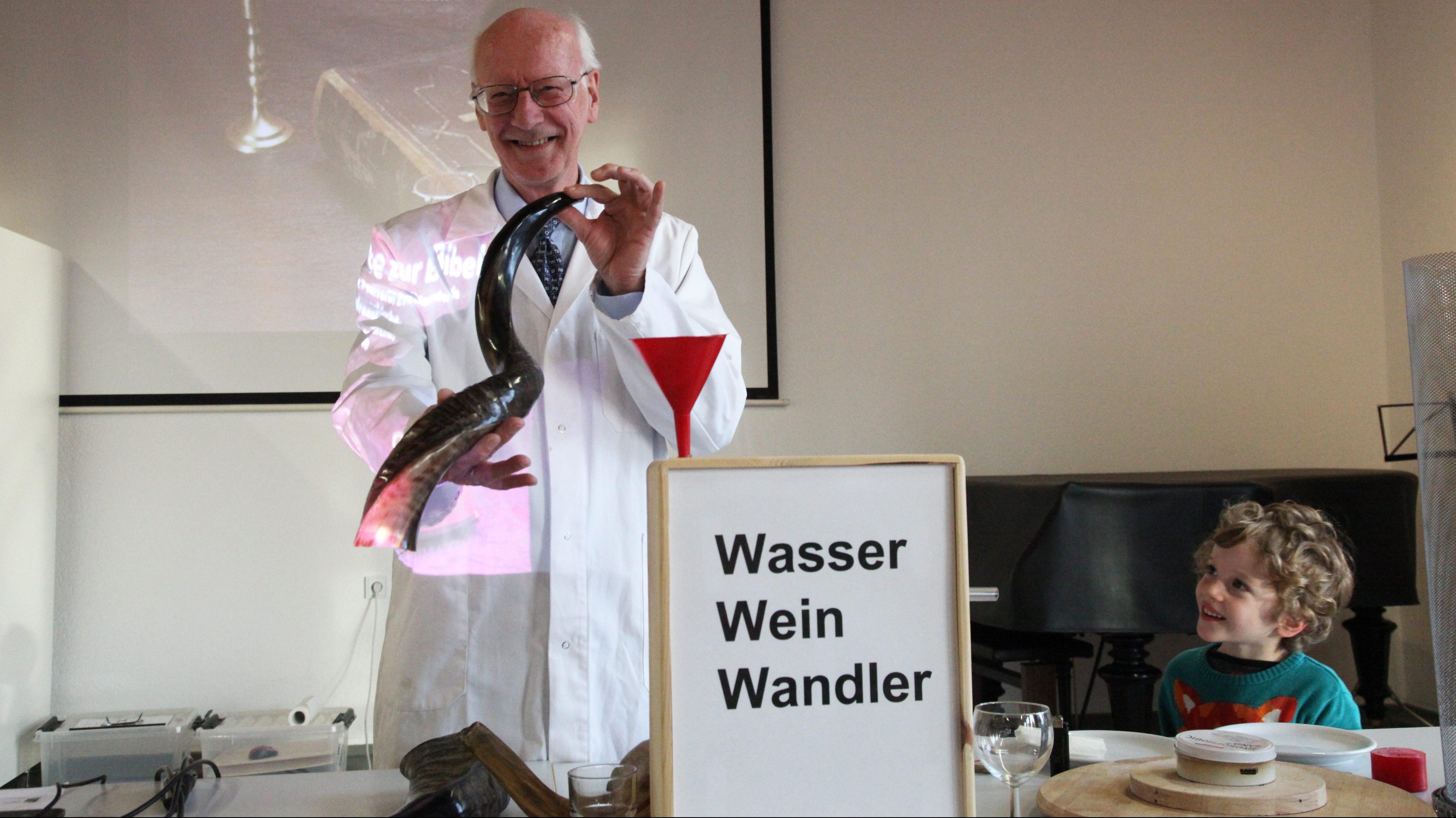 Feuersäule & Co: Experimente zur Bibel – Chemiker Dr. Gerhard Heywang fasziniert mit originell-informativem Experimentalvortrag zu Phänomenen der Heiligen Schrift