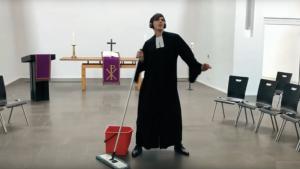 """""""Pfarrer allein in der Kirche"""" – Tim Lahr dreht Video """"Tag 30 der Quarantäne"""""""