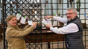 Eine ökumenische Schäfchenherde zum Abpflücken – Kunterbunte Postkartenaktion der Evangelischen Gemeinde und der katholischen Pfarrgemeinde St. Mariä Himmelfahrt am Altenberger Dom