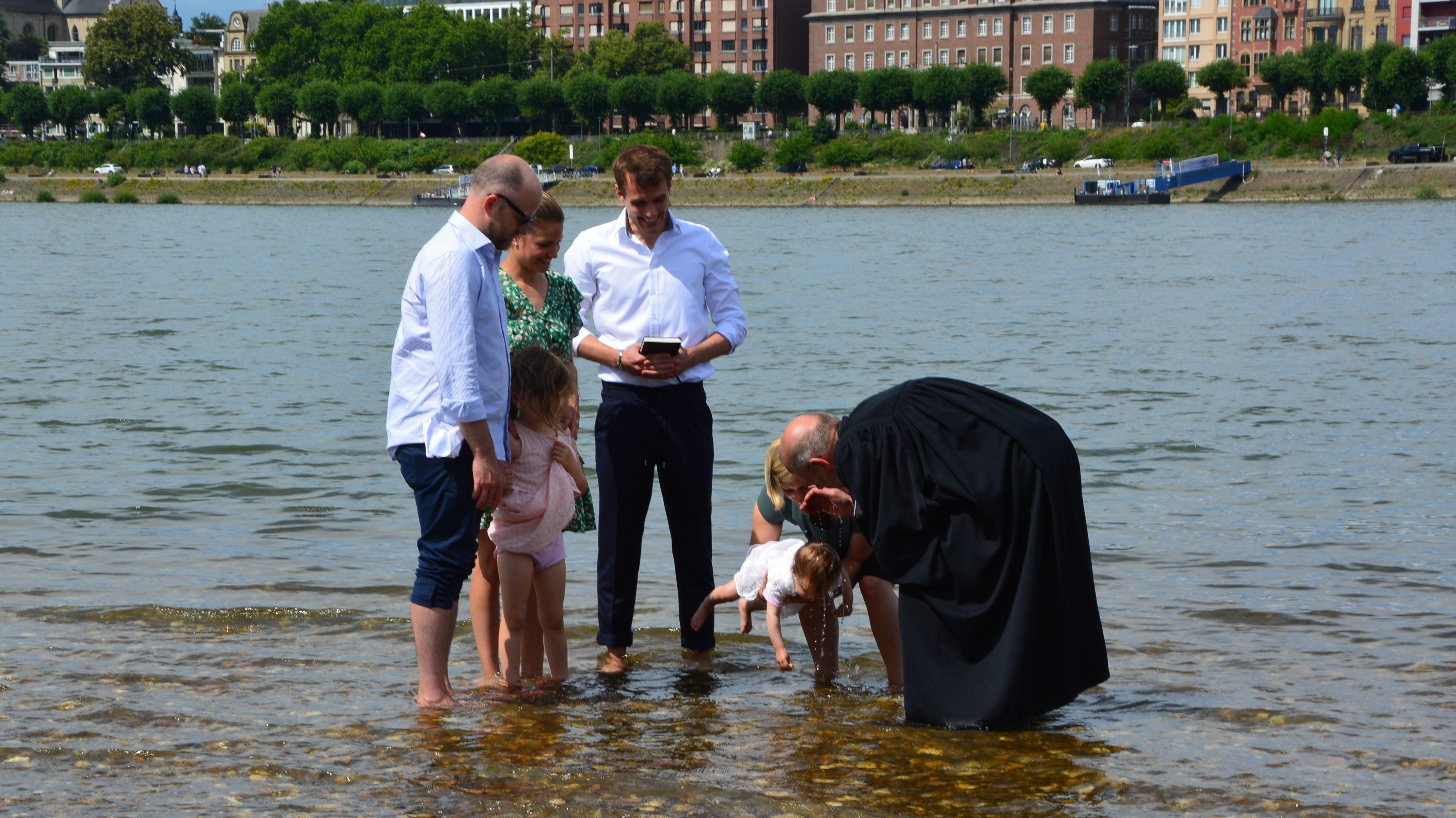 Ganz viel Rhein und trotzdem zu wenig Strom – Taufen unter strahlender Sonne