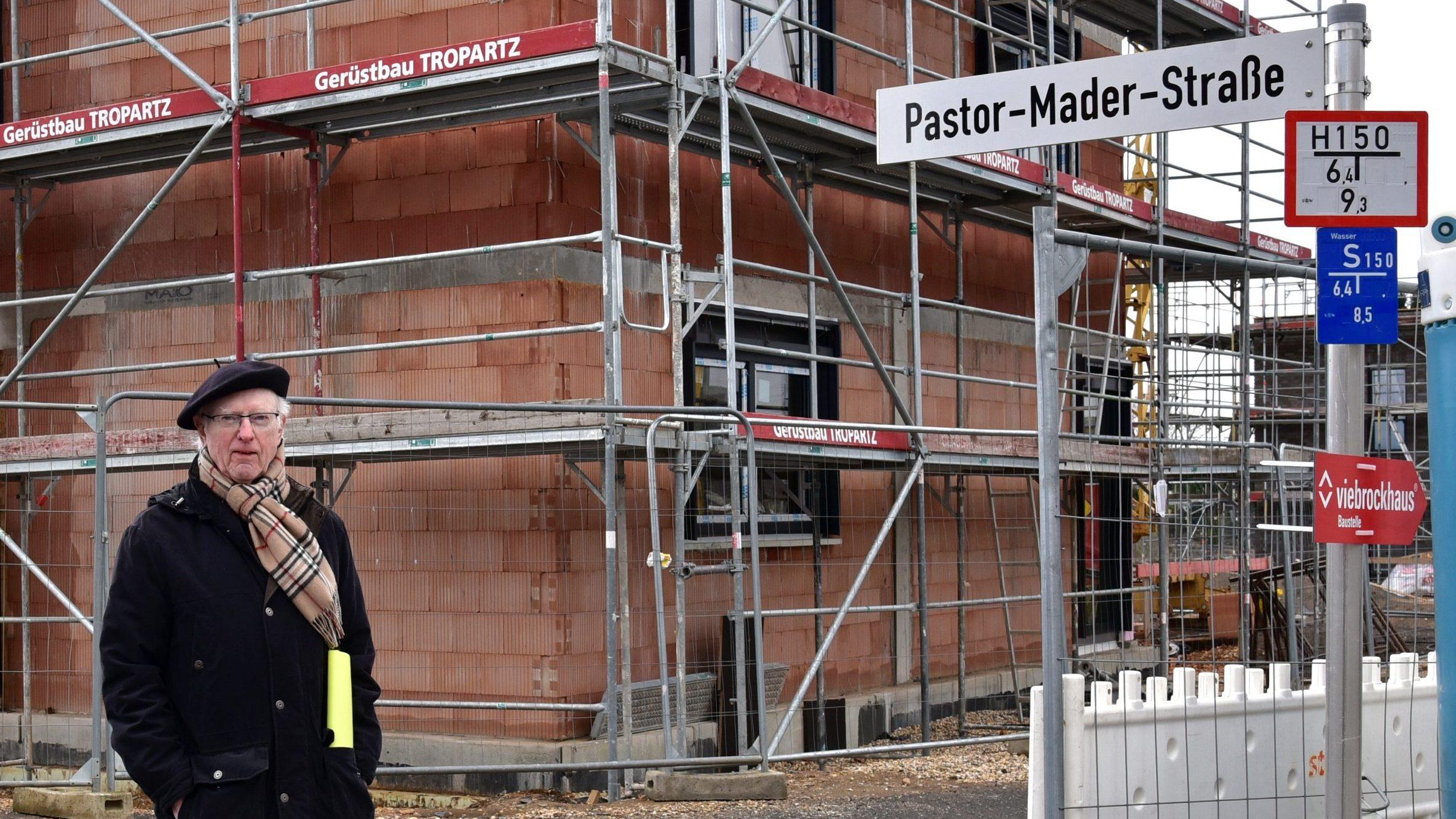 """Friedrich Knäpper freut sich mit der Evangelischen Kirchengemeinden Hürth über die """"Pastor-Mader-Straße"""""""