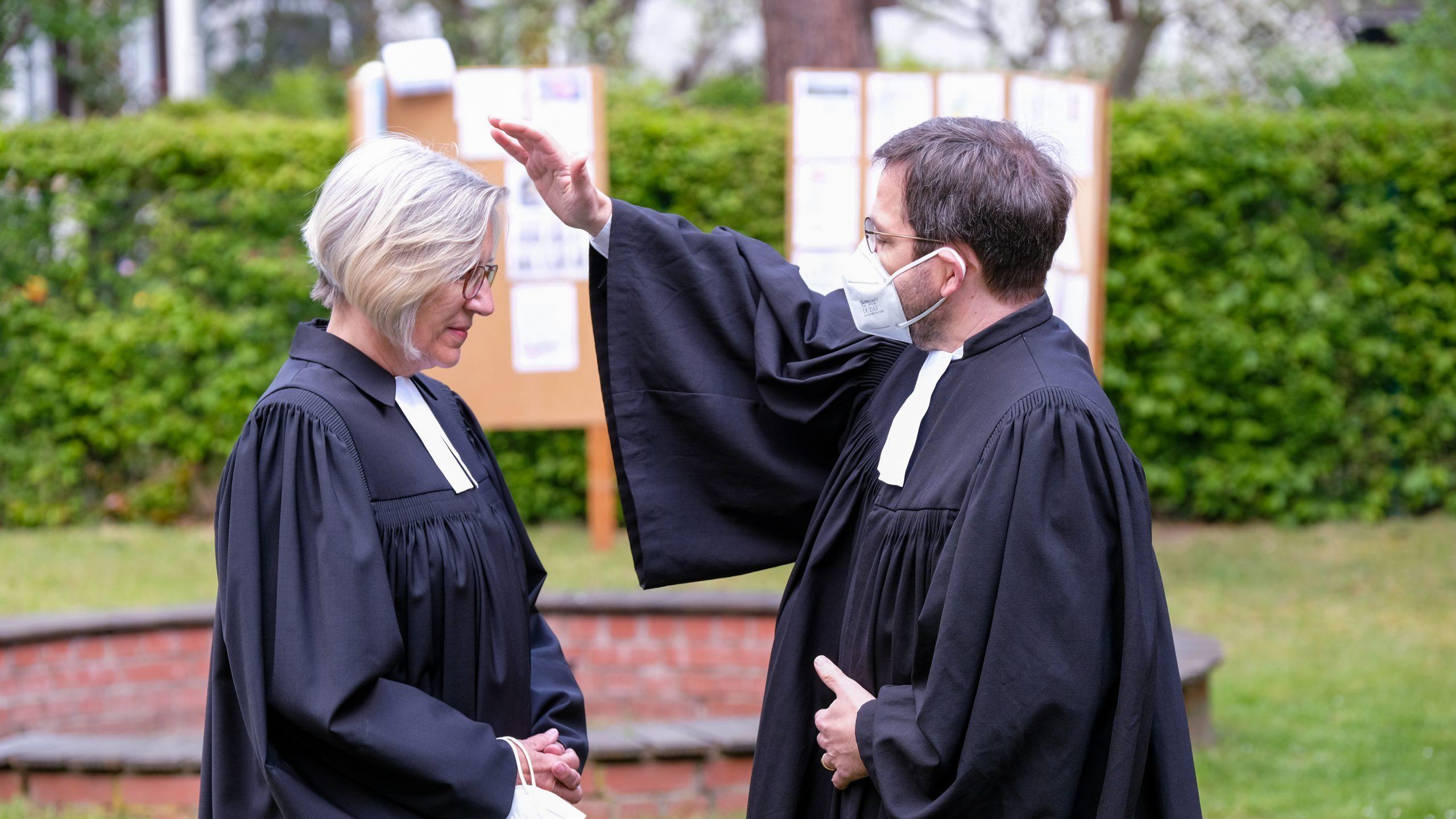 Mit Vogelgezwitscher und dem Mut zur Improvisation – Prädikantin Christine Winterhoff wurde in einem Ordinationsgottesdienst in ihr Amt in der Evangelischen Kirchengemeinde Vingst-Neubrück-Höhenberg eingeführt