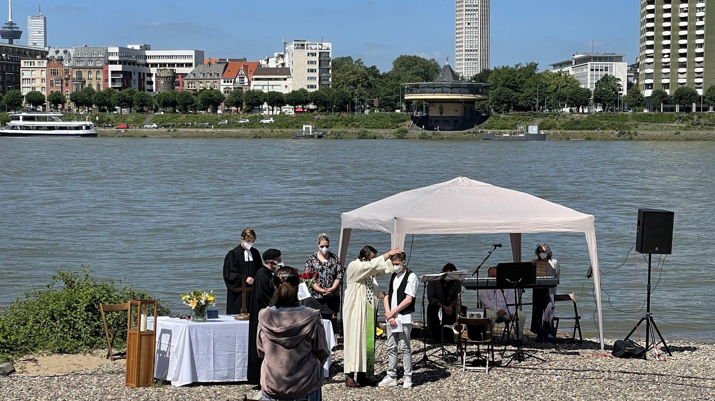 """""""Ihr könnt die Welt ändern!"""" Zehn junge Christen wurden am Rhein konfirmiert"""