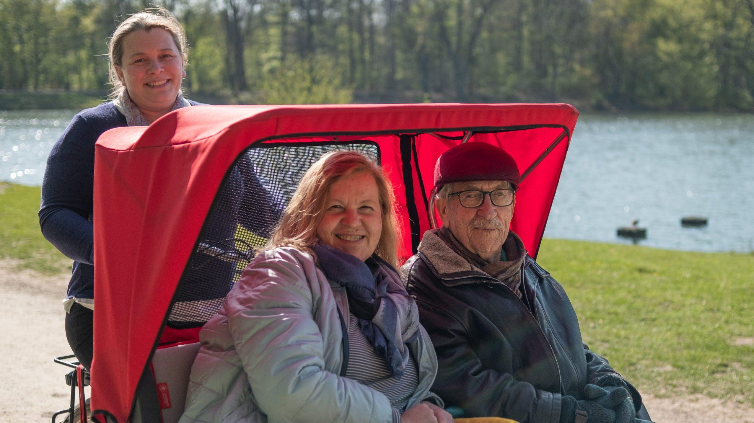 """Das rote """"Clarenbachmobil"""": Eine Rikscha für Senioren"""
