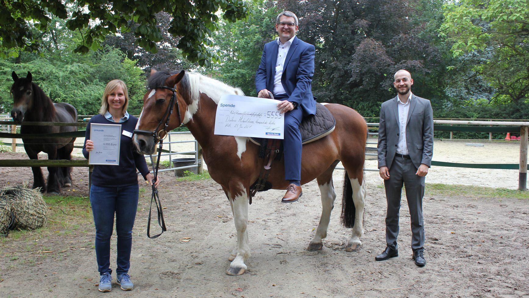 Diakonie Michaelshoven: Spardabank spendet 5.555 Euro an Reitbereich