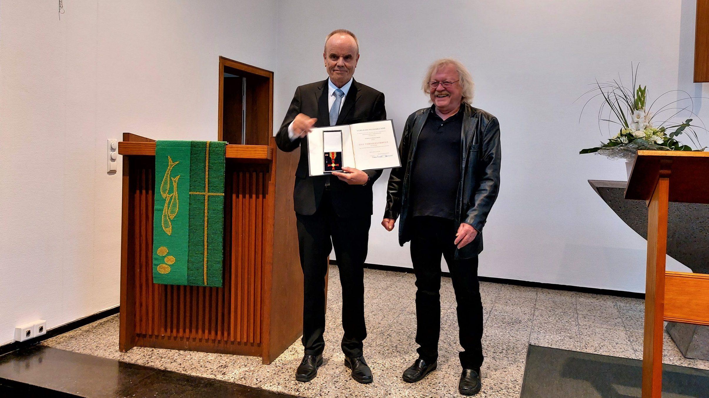 Verdienstkreuz am Bande für Lothar Ebert Bundespräsident ehrt Finanzkirchmeister für sein langjähriges Engagement in der Gemeinde, im Kirchenkreis und Verband