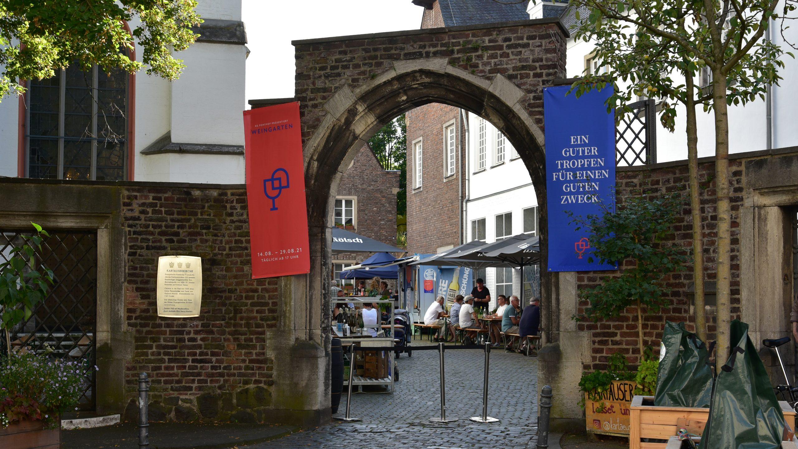 Die KG Ponyhof e.V. veranstaltet einen Weingarten an der Kartäuserkirche in der Kölner Südstadt. Der Gewinn fließt in eine nachhaltige und langfristige Unterstützung der von der Flutkatastrophe betroffenen Region im Ahrtal.